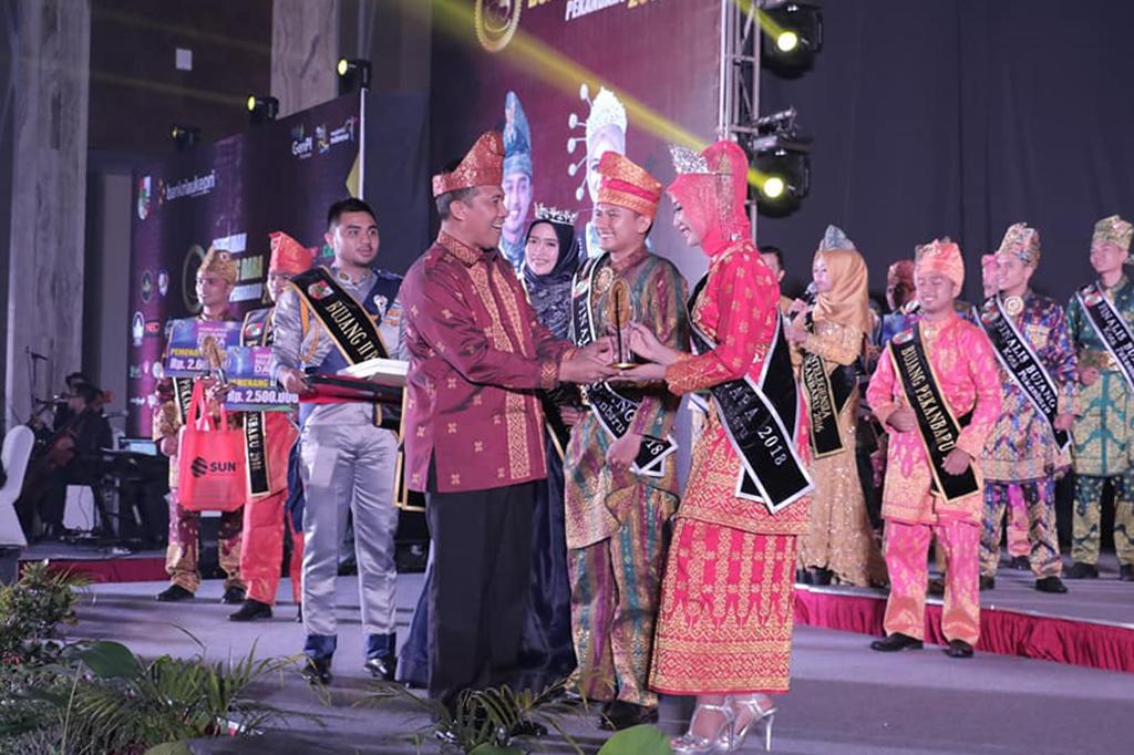 Pemberian Piala Juara Bujang Dara Kota Pekanbaru 2018