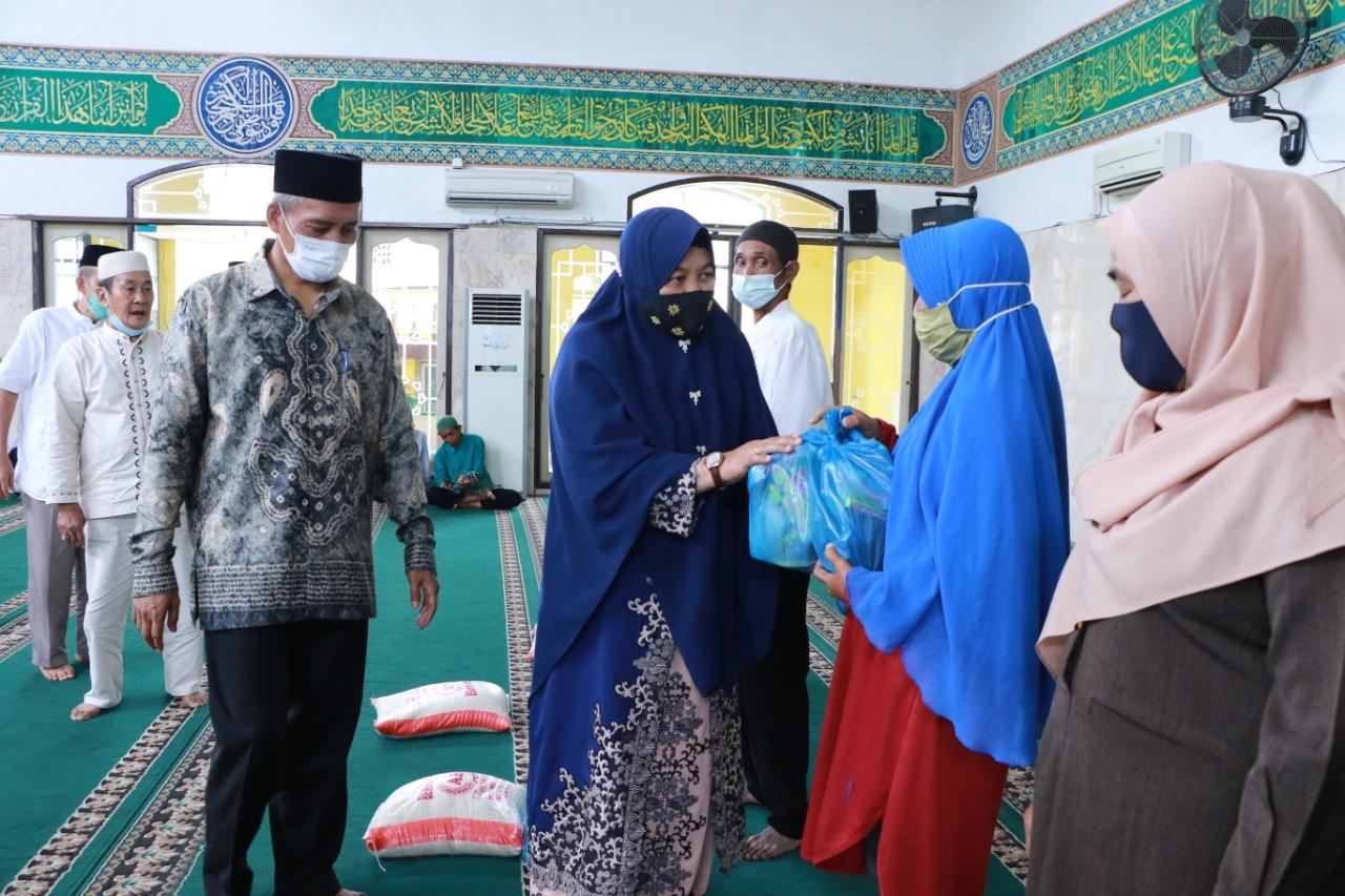 Wawako bersama Istri menyerahkan Sembako kepada kaum Dhuafa