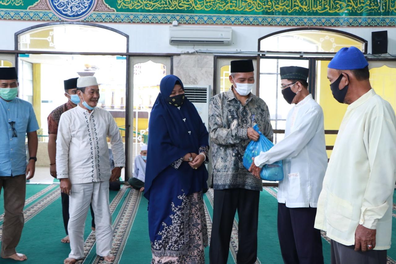 Wakil Walikota Pekanbaru Ayat Cahyadi berserta Istri menyerahkan Sembako kepada kaum Dhuafa