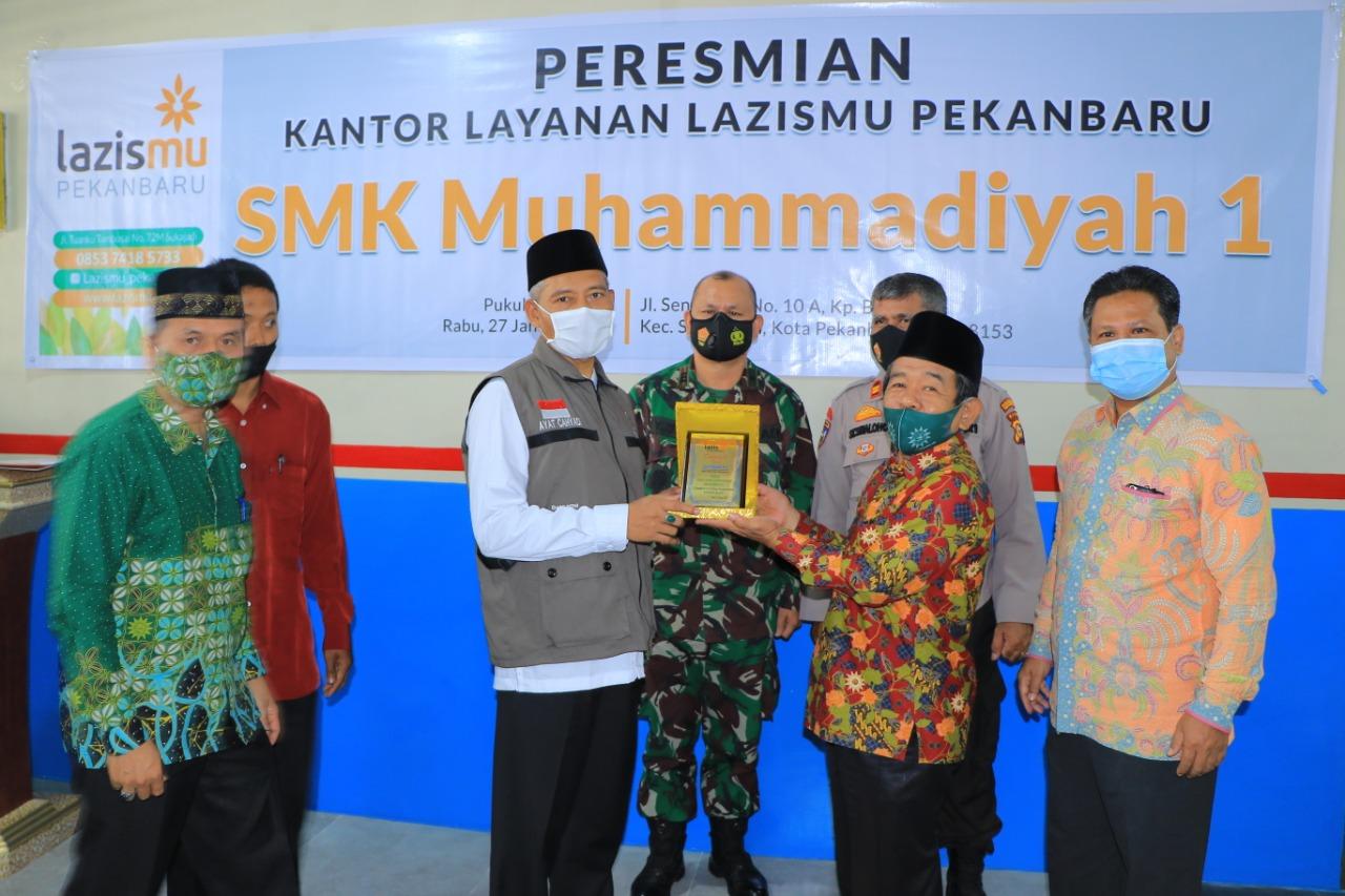 Pemberian Plakat Oleh Lazismu kepada Pemerintahan Kota Pekanbaru yang langsung di terima Oleh Wakil Walikota Pekanbaru.
