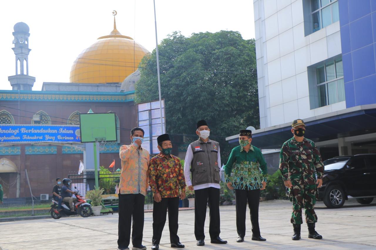Wakil Walikota melihat lingkungan SMK Muhammadiyah 1 sebelum acara peresmian KL .