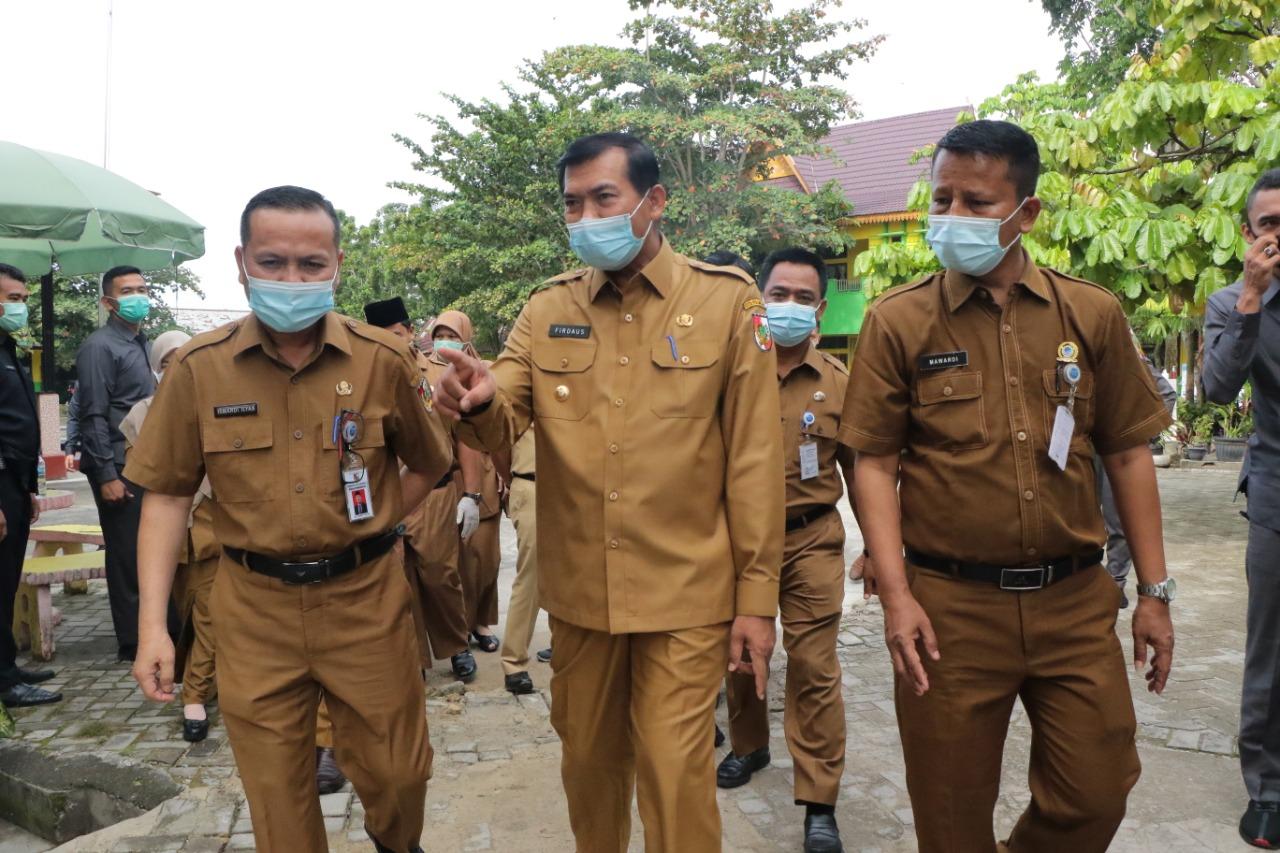 Wali Kota Pekanbaru, Firdaus meninjau proses belajar tatap muka di SMPN 23 Pekanbaru dan SMPN 40