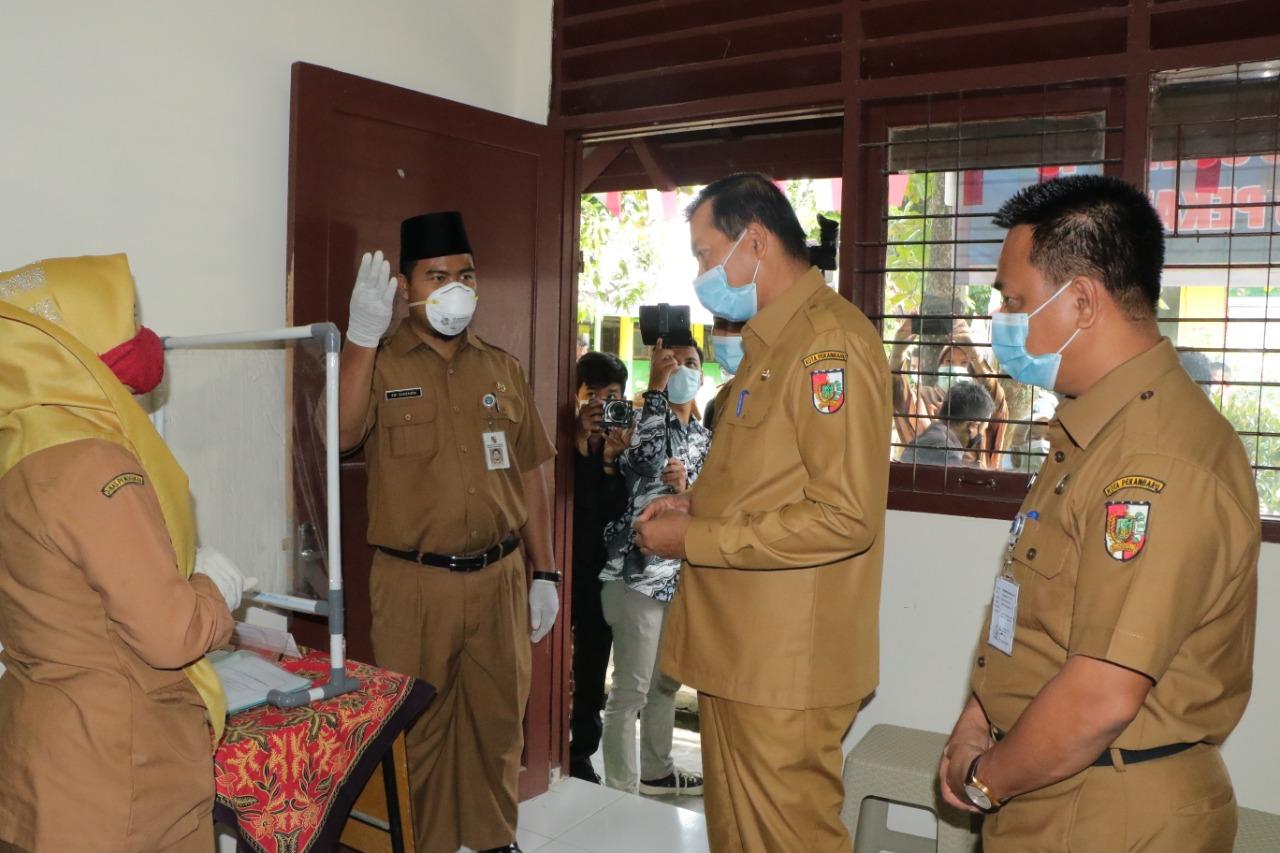 Walikota bersama Sekdako meninjau ruangan Siaga Covid yang di sediakan Oleh SMPN 23 Pekanbaru