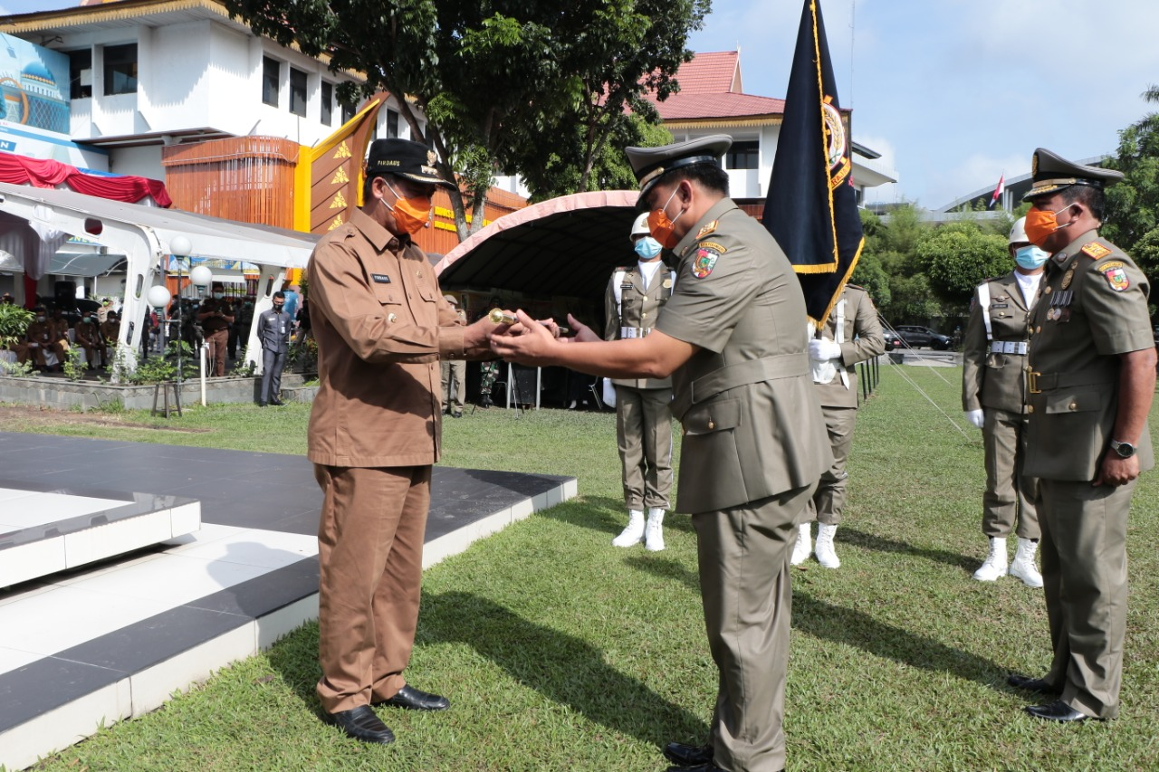 Walikota Pekanbaru Menyerahkan Tongkat Komando Satpol PP kepada Iwan Samuel Parlindungan Simatupang Sebagai Kepala Satuan Polisi Pamong Praja Kota Pekanbaru.