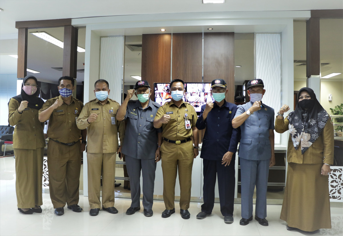 Sekretaris Daerah Kota Pekanbaru berfoto bersama DPC Legiun Veteran Kota Pekanbaru.
