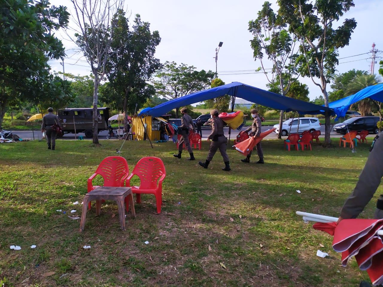 Satpol PP Sita Payung Ceper di Stadion Utama Pekanbaru