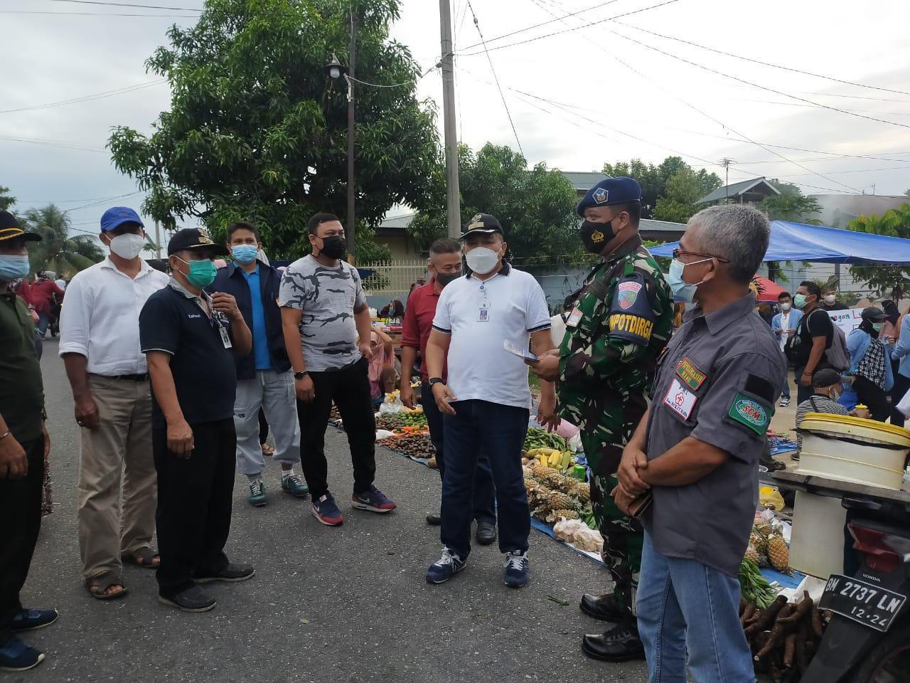 Sidak Prokes, Kecamatan Bukit Raya Edukasi Pedagang dan Pengunjung Pasar