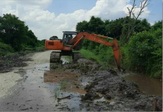 Dinas PUPR Normalisasi Drainase di Jalan Guru Kelurahan Bandar Raya