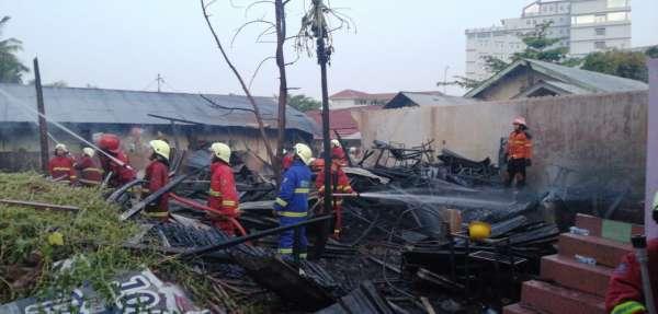 Dapur Asam Pedas Baung Terbakar, DPKP Pekanbaru Turunkan Tujuh Mobil Damkar