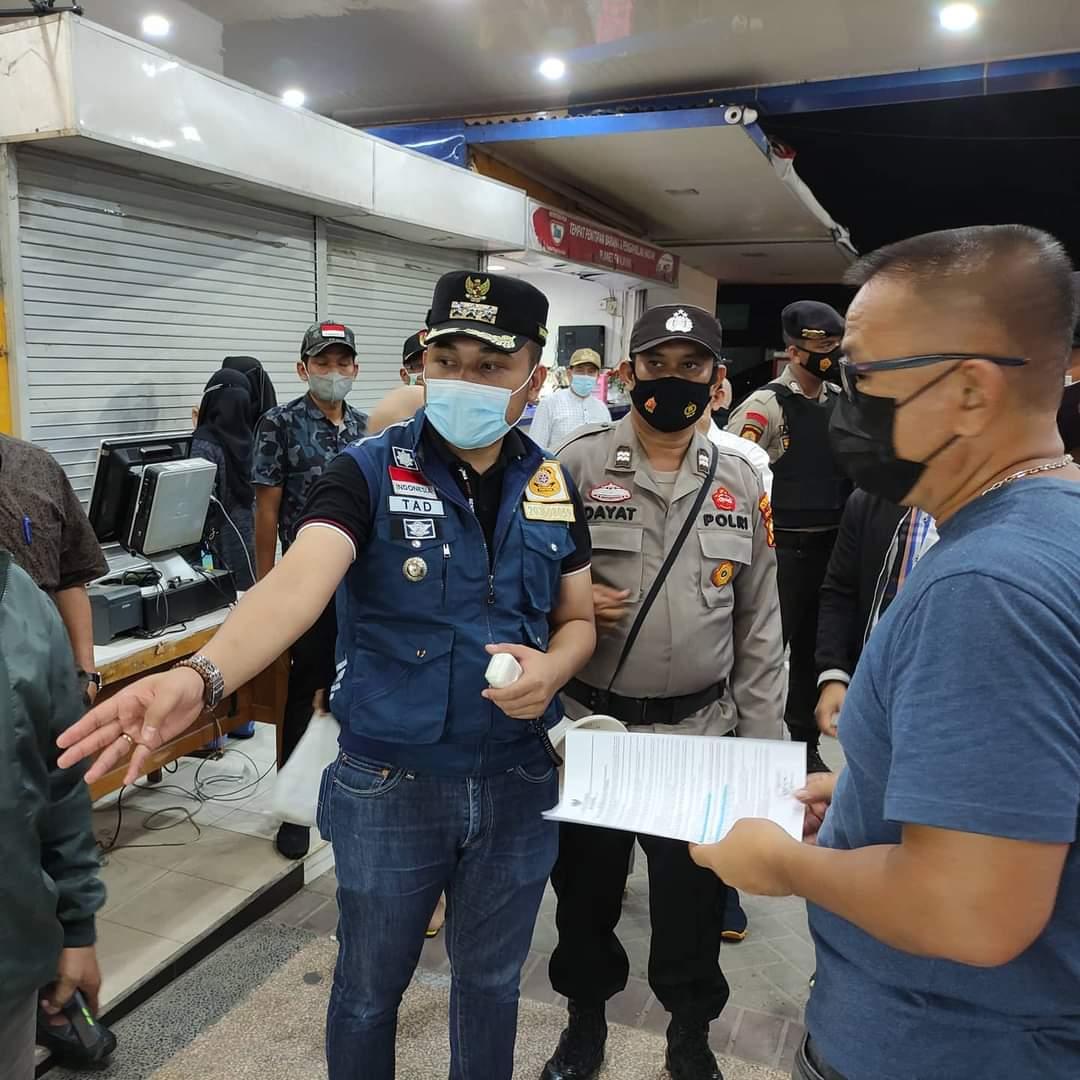 Image : Camat Bukit Raya Pimpin Monitoring Prokes di Tempat Usaha