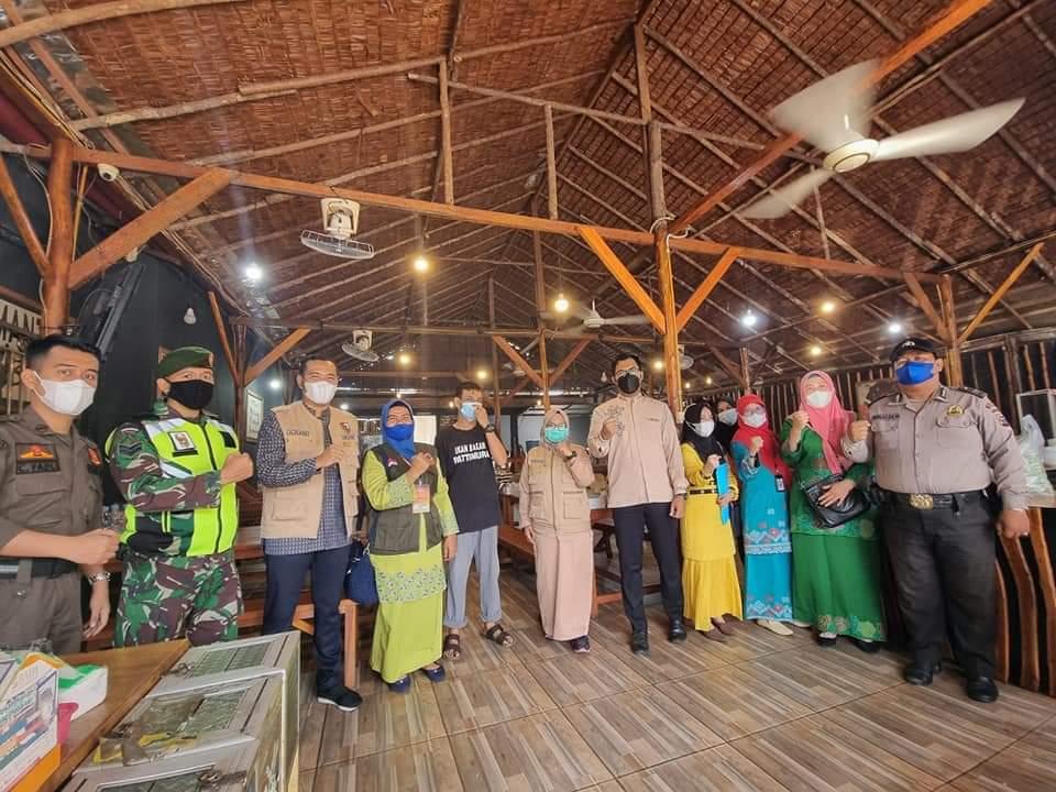 Image : Lurah Cinta Raja Bersama Tim Satgas Sosialisasi PPKM Level IV