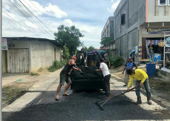 Dinas PUPR Perbaiki Jalan Berlubang di Kelurahan Rejosari