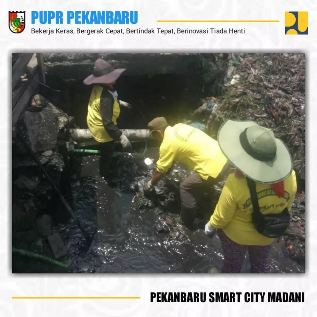 Dinas PUPR Bersihkan Drainase di Jalan Adi Sucipto dan Pasar Pagi Arengka