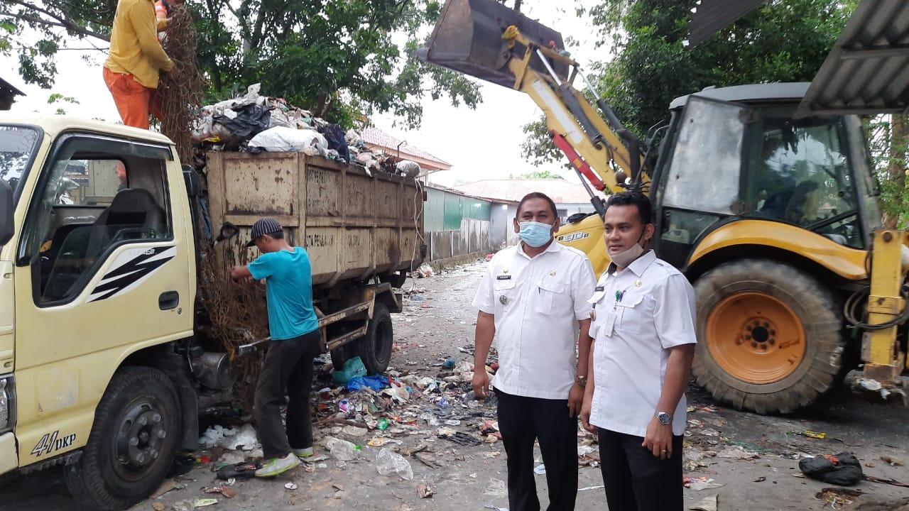 Image : Camat Payung Sekaki Bersama Warga Benahi Sampah di Pasar Palapa