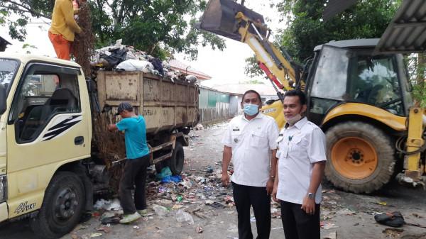Camat Payung Sekaki Bersama Warga Benahi Sampah di Pasar Palapa