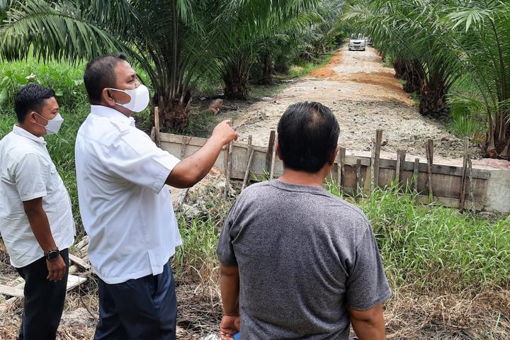 Camat Payung Sekaki Tinjau Pembukaan Akses Jalan Swadaya Masyarakat