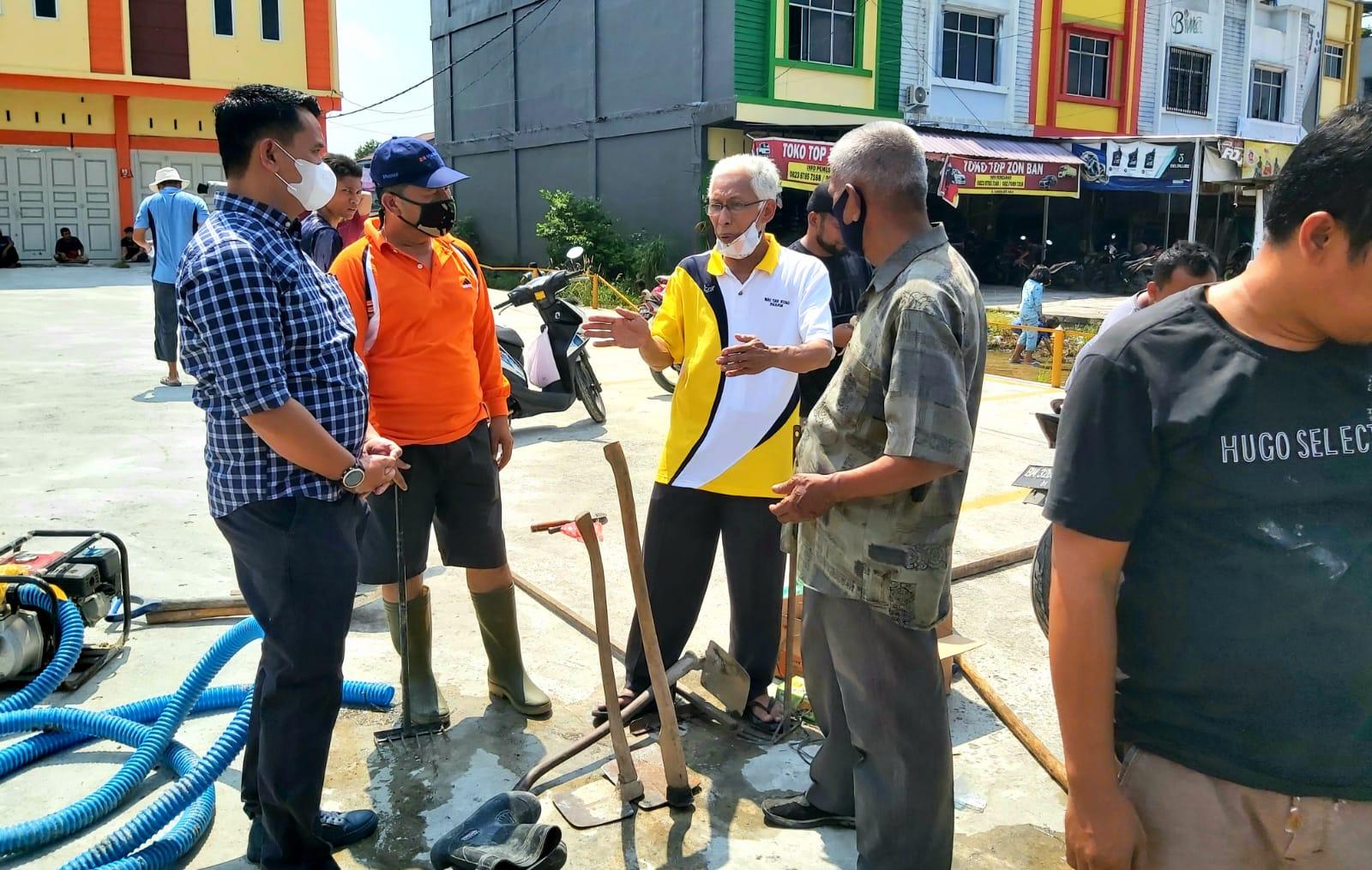Camat Binawidya Bersama Masyarakat Goro Bersihkan Drainase