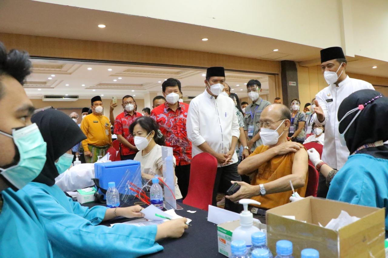 Wali Kota Pekanbaru Tinjau Pelaksanaan Vaksinasi Massal di Hotel Furaya