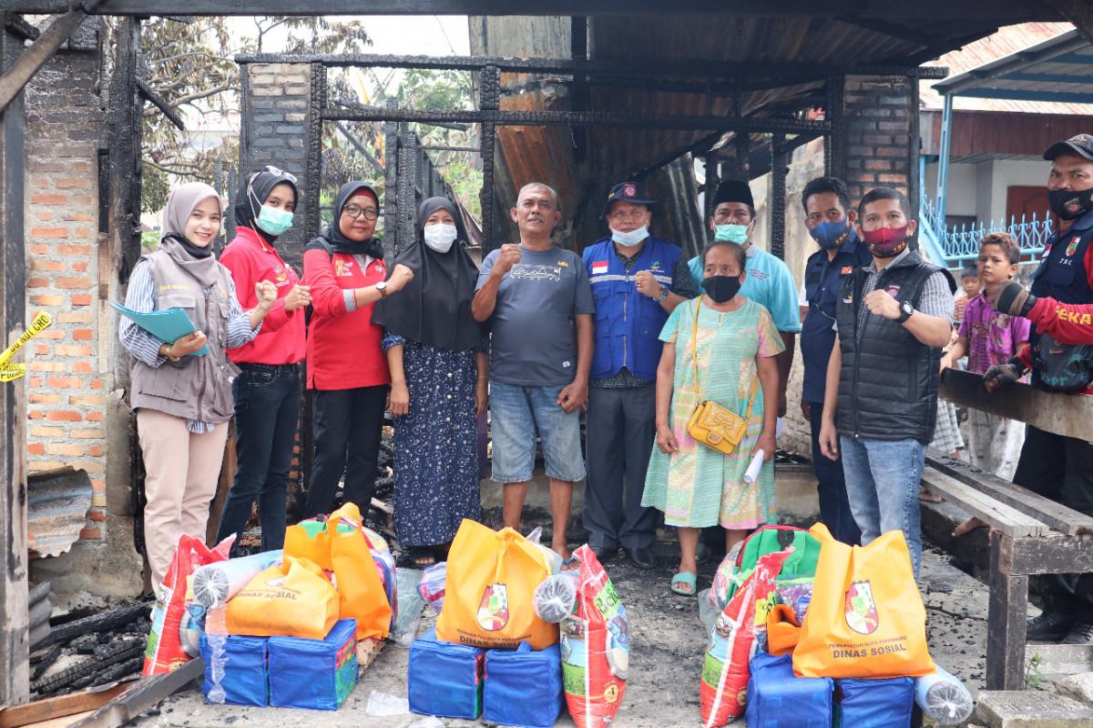 Meski Hari Libur Kerja, Kadinsos Turun Serahkan Bantuan Bagi Korban Kebakaran
