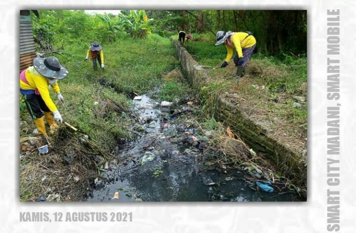 Dinas PUPR Bersihkan Saluran Air di Jalan Pemudi Payung Sekaki