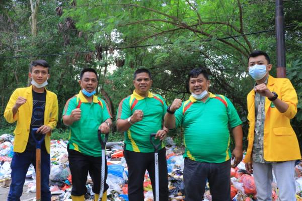 Sekdako bersama BEM Unilak Gotong Royong Angkut Tumpukan Sampah
