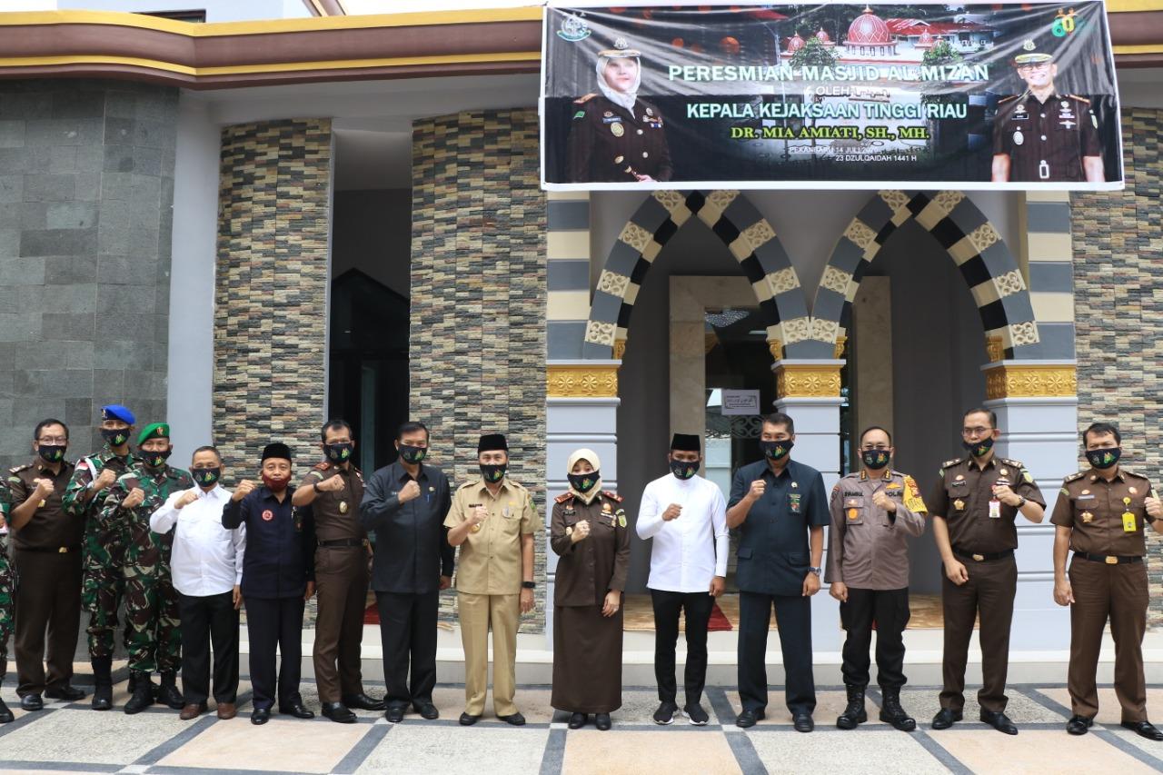 Image :  Wali Kota Pekanbaru Puji Arsitektur Masjid Al Mizan di Komplek Kejati Riau