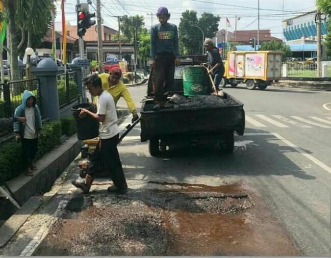 Dinas PUPR Perbaiki Kerusakan Jalan Dr Sutomo Kecamatan Limapuluh