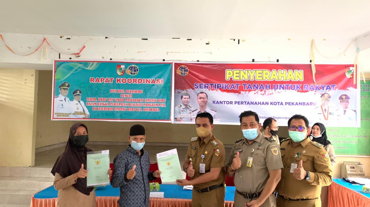 Image : Camat Binawidya Hadiri Penyerahan Sertifikat Tanah Program PTSP
