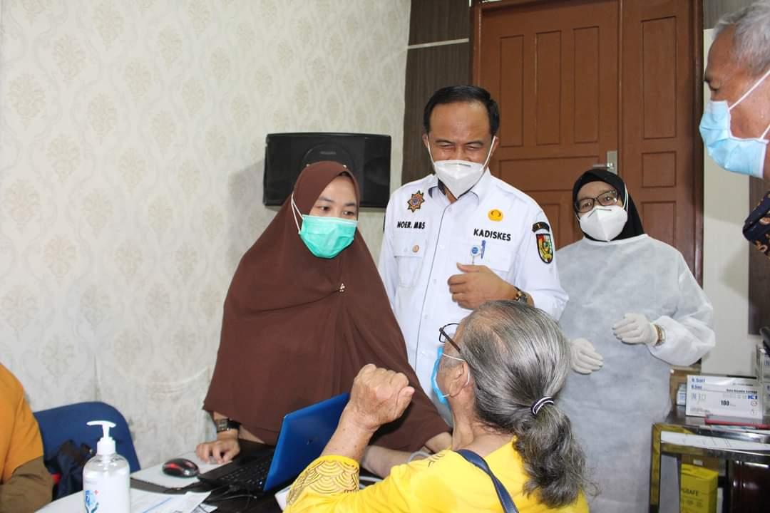 250 Lansia Disuntik Vaksin di Puskesmas Rumbai