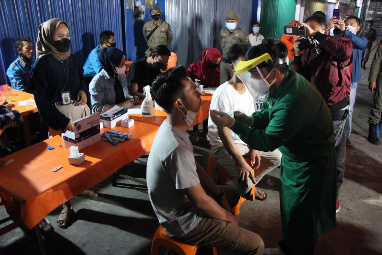 Razia Prokes, Petugas Gabungan Sita Aset Pedagang dan Lakukan Swab Antigen