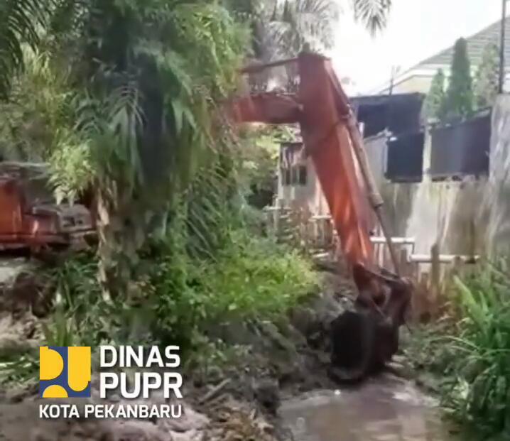 Dinas PUPR Normalisasi Anak Sungai Pelaju di Kelurahan Perhentian Marpoyan