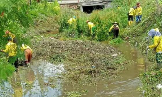 Pasukan Kuning Dinas PUPR Bersihkan Drainase di Tiga Lokasi