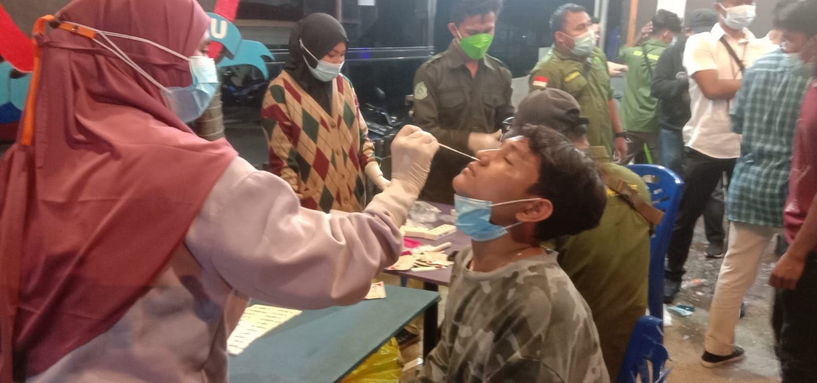 Tim Gakkum dan Medis Razia Warga di Warung Makan, Langsung Tes Antigen