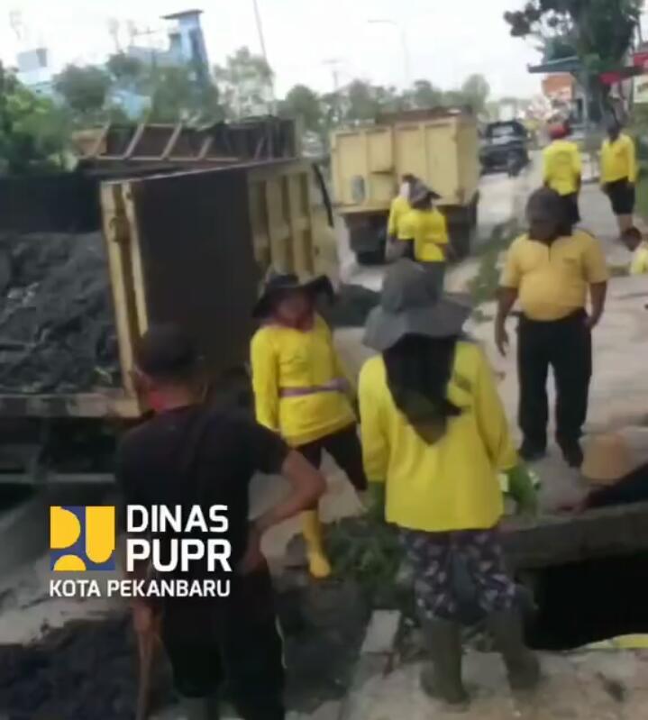 Pasukan Kuning Dinas PUPR Pekanbaru Bersihkan Drainase Jalan Soebrantas