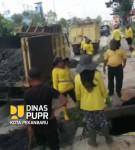 Image : Pasukan Kuning Dinas PUPR Pekanbaru Bersihkan Drainase Jalan Soebrantas