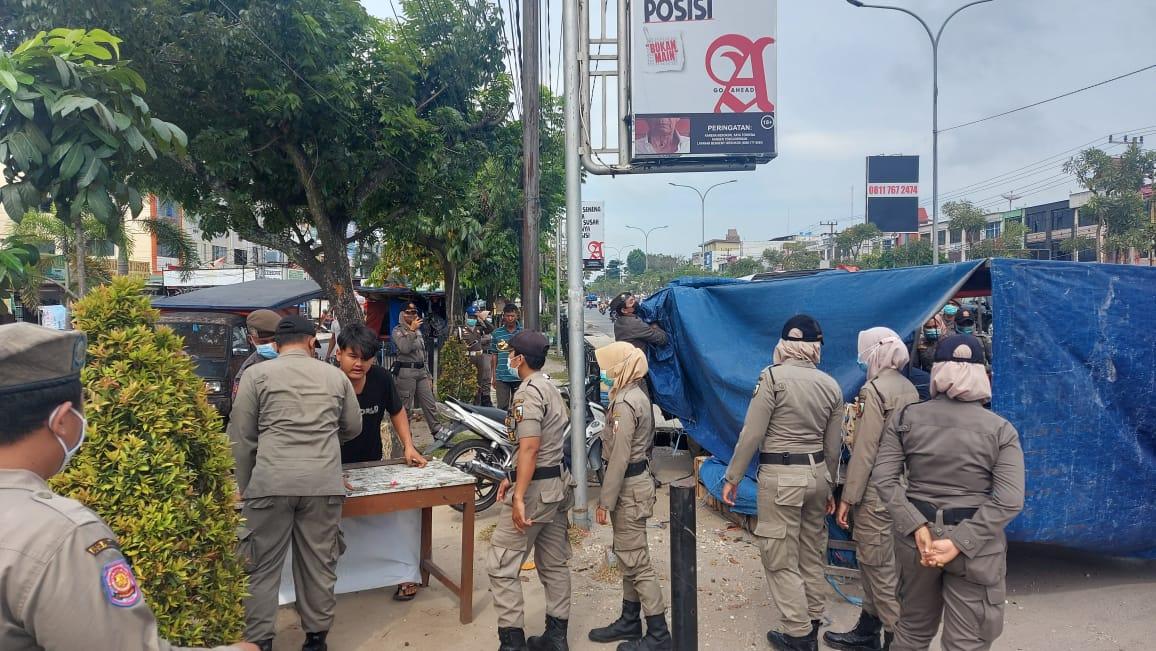 Satpol PP Tertibkan PKL di Dua Lokasi
