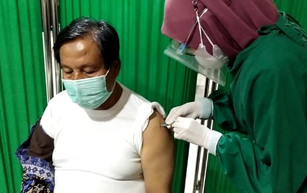 Kepala Dinas Pertanian dan Perikanan Kota Pekanbaru Jalani Vaksinasi Covid-19 Gelombang I