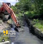 Image : Alat Berat Dinas PUPR Normalisasi Parit di Jalan Pemuda Kecamatan Payung Sekaki