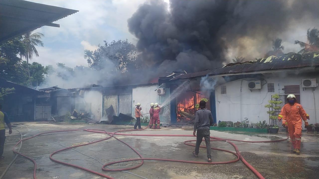 DPKP Kerahkan 6 Armada Padamkan Kebakaran di Indra Puri