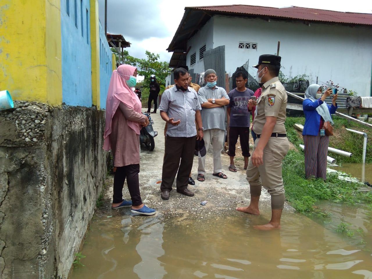 Tinjau Kondisi Warga, Camat Bukit Raya Turun Langsung ke Sejumlah Titik Banjir