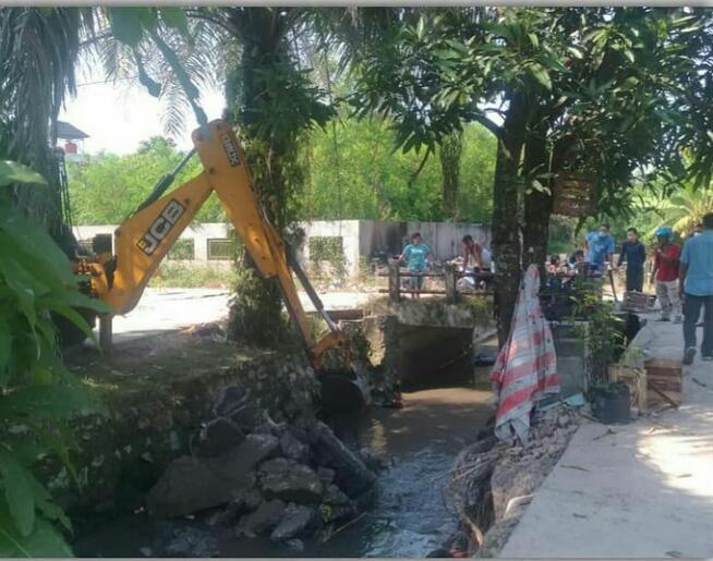 Dinas PUPR Keruk Saluran Air di Perumnas Griya Sidomulyo