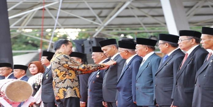 Image : Wakil Walikota menerima penghargaan Satya Lencana Pembangunan berupa Pin Emas Hari Koperasi Nasional