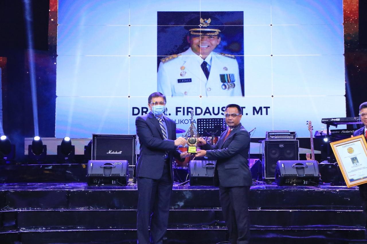 Image : Penghargaan Sebagai Kepala Daerah Berkinerja Terbaik Dalam Pengembangan Kota Sebagai Tujuan Investasi