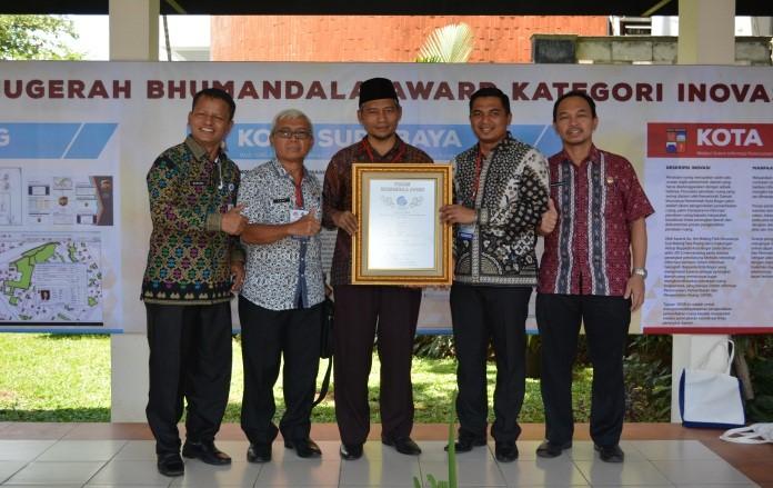 Image : Wakil Walikota Pekanbaru menerima Bhumandala Award pada peringatan Hari Informasi Geospasial (HIG) di Cibinong BOGOR