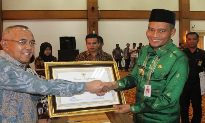 Image : Wakil Walikota Menerima penghargaan PAUD Bagi Walikota/Bupati Terhadap Pengembangan Pendidikan Anak Usia Dini Di Provinsi Riau