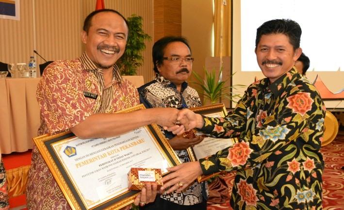 Image : Sekretaris Daerah Kota Pekanbaru menerima Penganugerahan sebagai Penyetor Iuran Wajib PNS Daerah Periode Januari/Juni 2017 : peringkat II Tepat Waktu